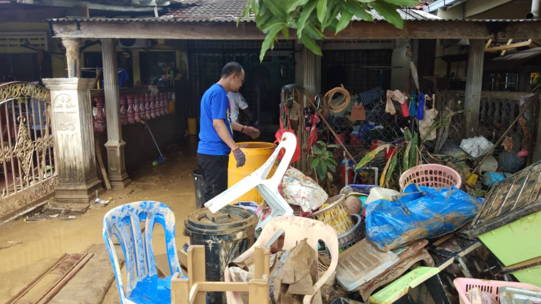 UMP volunteers work together to clean houses due to flood