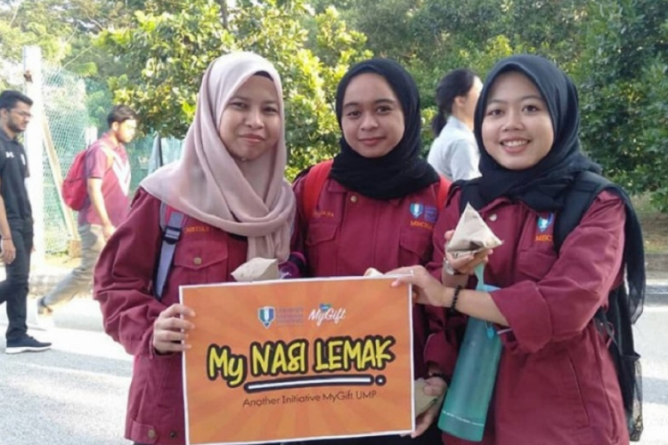 MyGift volunteers distribute nasi lemak for breakfast