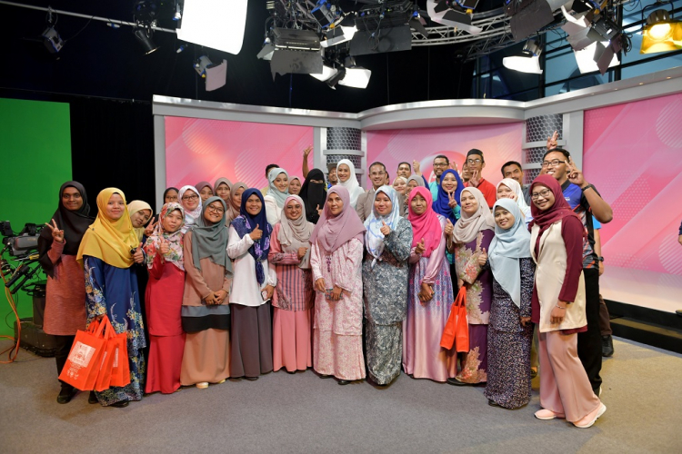 40 UMP staff and students visited Al Hijrah TV station to learn more about broadcasting