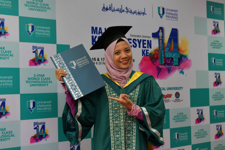 Laylatun Qadrina UMP Sportswoman and YSS Volunteer receives an award