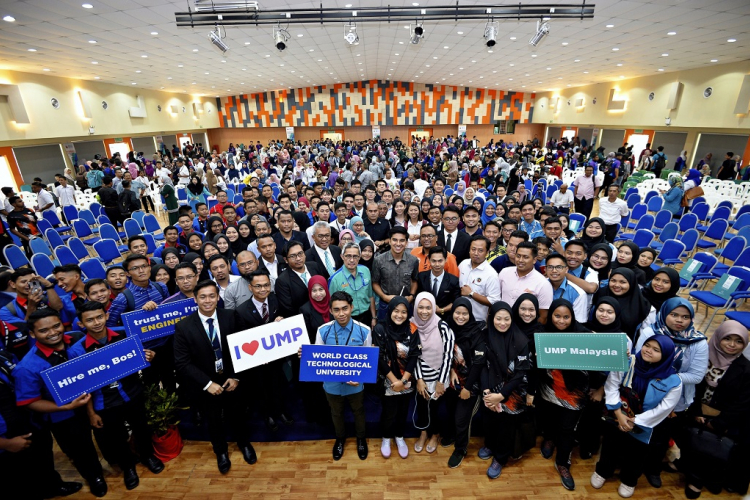 Minister of Youth and Sports met some 1,500 university students and representatives from youth and sports associations in a town hall meeting in UMP