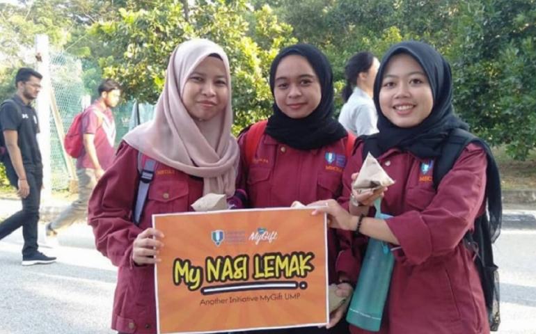 MyGift volunteers distribute nasi lemak for breakfast